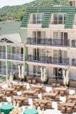 在餐馆` s室外大阳台的柳条家具在保加利亚语Kranevo旅馆里  免版税图库摄影