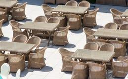 在餐馆` s室外大阳台的柳条家具在Kranevo村庄旅馆里在保加利亚 免版税库存图片