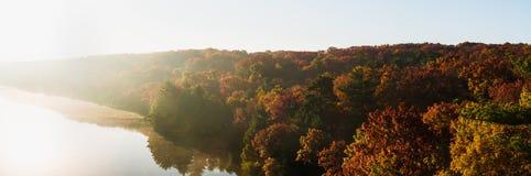 在饥饿的岩石的秋天早晨 免版税库存图片
