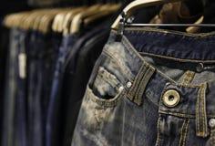 在饥饿的牛仔裤在商店 库存照片