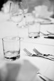 在饭桌上的典雅的利器安排 免版税图库摄影