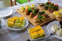 在饭桌上的混合食物 免版税库存照片