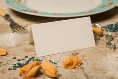 在饭桌上的空白的名片 库存图片