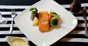 在饭桌上的鲑鱼排 免版税库存照片