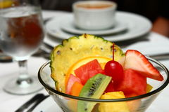 在饭桌的水果钵开胃菜 库存图片