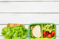 在饭盒的健康食物在学校白色桌背景顶视图大模型的晚餐的 免版税库存照片