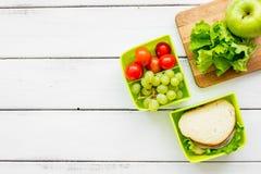 在饭盒的健康食物在学校白色桌背景顶视图大模型的晚餐的 免版税库存图片