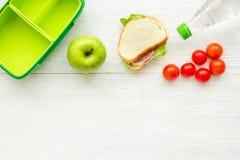 在饭盒的健康食物在学校白色桌背景顶视图大模型的晚餐的 库存图片
