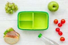 在饭盒的健康食物在学校白色桌背景顶视图的晚餐的 库存照片