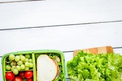 在饭盒的健康食物在学校白色桌backgr的晚餐的 免版税库存图片