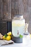 在饮料分配器的姜自创柠檬水 免版税库存图片