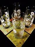 在饮料沿海航船的玻璃有蜡烛的 库存图片