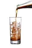 在饮料玻璃的瓶倾吐的焦炭与被隔绝的冰块 库存照片