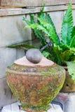 在饮用水的泥罐是泰国生活方式, lanna样式 免版税库存照片