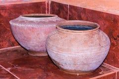 在饮用水的泥罐是泰国生活方式, lanna样式 库存照片