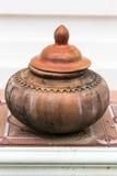在饮用水的泥罐是泰国生活方式, lanna样式 免版税库存图片