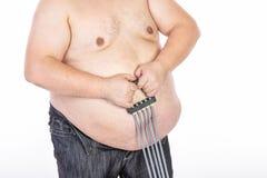 在饮食和健身前的大腹部人 免版税库存照片