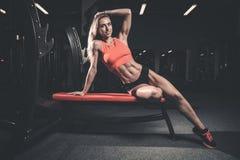 在饮食的健身性感的方式与长的女性腿健身房 免版税图库摄影