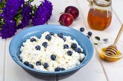 在饮食食物的乳制品 酸奶干酪用新鲜的莓果和蜂蜜 库存图片