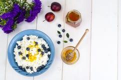 在饮食食物的乳制品 酸奶干酪用新鲜的莓果和蜂蜜 免版税库存图片