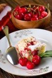 在饼前面的三棵樱桃在白色板材 免版税图库摄影