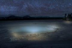 在饼干水池的Lightpaint与在背景的银河 免版税库存照片