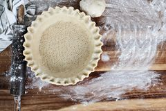在饼板材的自创黄油脆皮馅饼有滚针的 免版税图库摄影