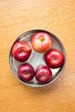 在饼锡的新鲜的红色苹果 免版税库存照片