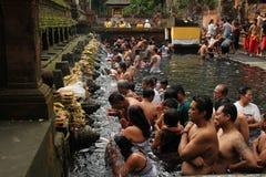 在首创的Tampak,巴厘岛印度尼西亚的礼节沐浴的仪式 免版税库存照片