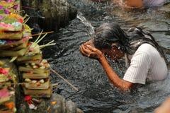在首创的Tampak,巴厘岛印度尼西亚的礼节沐浴的仪式 图库摄影
