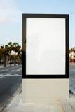 在首都的一条拥挤的街上的一个大广告牌 免版税库存图片