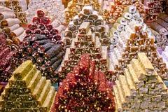 在香料义卖市场伊斯坦布尔的土耳其快乐糖 免版税库存照片