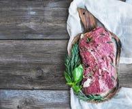 在香料(Ribeye牛排)用卤汁泡的片断未加工的新鲜的牛肉和 库存照片