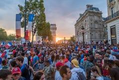 在香榭丽舍大街大道的日落在2018年世界杯以后的巴黎 免版税库存图片