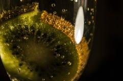 在香槟的猕猴桃 免版税库存图片