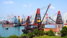 在香港口岸的起重机。 库存照片
