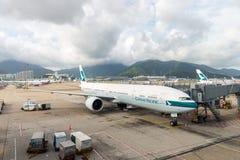 在香港国际机场的国泰航空 库存照片