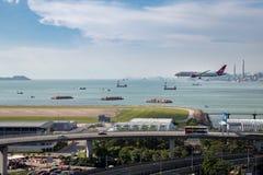 在香港国际机场的飞机着陆 免版税图库摄影