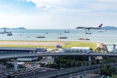 在香港国际机场的飞机着陆 图库摄影