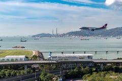 在香港国际机场的飞机着陆 库存图片