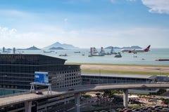 在香港国际机场的飞机着陆 免版税库存照片