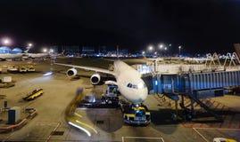 在香港国际机场靠码头的飞机 免版税库存照片