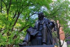 在香港大会堂公园的古铜色雕象在NYC的更低的曼哈顿 图库摄影