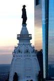 在香港大会堂费城顶部的威廉・佩恩雕象 免版税库存照片