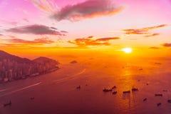在香港市地平线的美好的五颜六色的日落 免版税库存图片