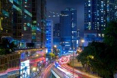 在香港市街道上的夜交通  免版税图库摄影
