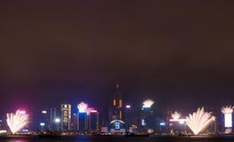 在香港新年庆祝的烟花2017年在维多利亚港口在晚上 库存照片