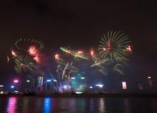 在香港新年庆祝的烟花2017年在维多利亚港 库存图片