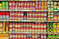 在香港超级市场的罐头食品 免版税库存图片