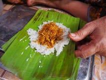 在香蕉包裹的Khao nieo砰Grilled被充塞的糯米离开 免版税库存照片